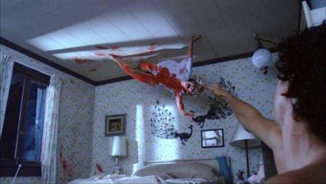 """A atriz Amanda Wyss """"voa"""" no cenário durante cena do quarto giratório em """"A Hora do Pesadelo""""."""